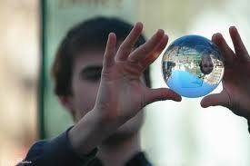 homme avec boule de cristal